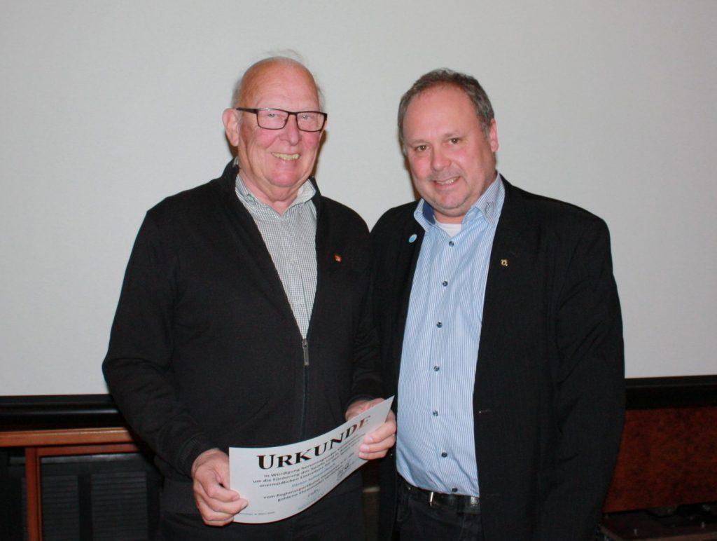 Dieter Schwarzbach wird vom RSB-Vorsitzenden (Sportpolitik) Ulf Meldau mit der Goldenen RSB-Nadel ausgezeichnet.